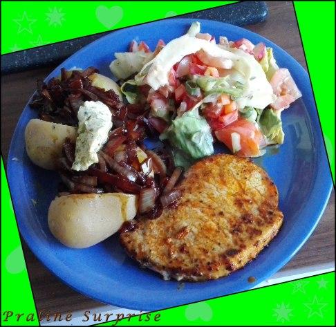 Yummi Abendbrot ;) gemischter Salat (mal wieder Frühstücksreste...^^) Pellkartoffel mit RotweinZwiebeln und Kräuterbutter mariniertes Nackensteak <3 <3 <3